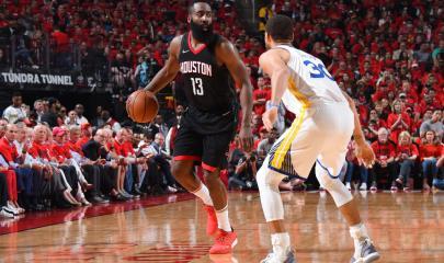 James Harden ante la atenta mirada de Stephen Curry. Fuente: Andrew D. Bernstein/NBAE via Getty Images