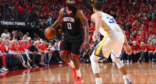 James Harden ante la atenta mirada de Stephen Curry. Fuente: Andrew D. Bernstein/NBAE via Getty Images