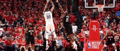 Durant defendido por Capela. Fuente: Andrew D. Bernstein/NBAE via Getty Images)