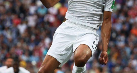 GAL105. NIZHNY NOVGOROD (RUSIA), 06/06/2018.- El francés Raphael Varane celebra después de anotar un gol ante Uruguay hoy, viernes 6 de julio de 2018, durante un partido por los cuartos de final de la Copa Mundial de Fútbol Rusia 2018, en Nizhny Novgorod (Rusia). EFE/Vassil Donev   [ATENCIÓN EDITORES: Sólo Uso editorial. Prohibido su uso en referencia con entidad comercial alguna. Prohibido su uso en alertas, descargas o mensajería multimedia en móviles. Las imágenes deberán aparecer como fotografías congeladas y no podrán emular la acción del juego mediante secuencias o fotomontajes. Ninguna imagen publicada podrá ser alterada, mediante texto o imagen superpuesta, en el caso de que (a) intencionalmente oculte o elimine el logotipo de un patrocinador o (b) añada y/o cubra la identificación comercial de terceras partes que no esté oficialmente asociada con la Copa Mundial de la FIFA.]