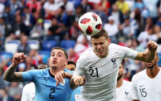 Giménez luchando por un balón con su compañero Lucas Hernández / EFE