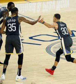 JGM01. OAKLAND (ESTADOS UNIDOS), 17/01/2019.- El base de los Warriors de Golden States Stephen Curry (d) celebra con compañeros tras marcar un triple durante el partido de la NBA entre los Warriors de Golden State y los Pelicans de Nueva Orleans en el Oracle Arena en Oakland, California, Estados Unidos, el 16 de enero de 2019. EFE/ John G. Mabanglo PROHIBIDO SU USO A SHUTTERSTOCK
