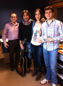 Rodrigo Cabero rodeado por el equipo de Uemdía: Miguel Ángel Vázquez, Inma Barceló y Álex Costa