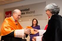 El Secretario General de la OCDE, Ángel Gurría recibe birrete de la mano de la Rectora de la Universidad Europea, Águeda Benito.