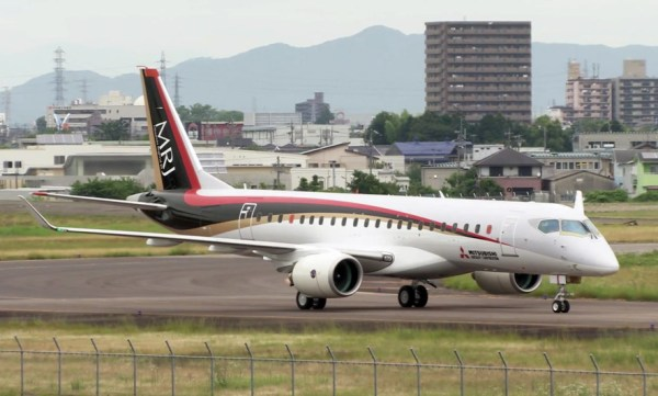 Mitsubishi MRJ during a low-speed taxiing test (© Mitsubishi)