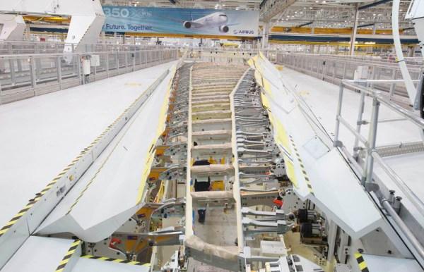 Produktion eines Flügels für Airbus A350-1000 (© Airbus)
