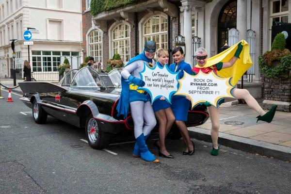 Ryanair CEO Michael O'Leary als Robin und Car Trawler CEO Mike McGearty verkleidet als Batman