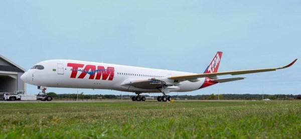 Der erste für TAM bestimmte A350 wird aus der Lackierhalle bugsiert (© Airbus)