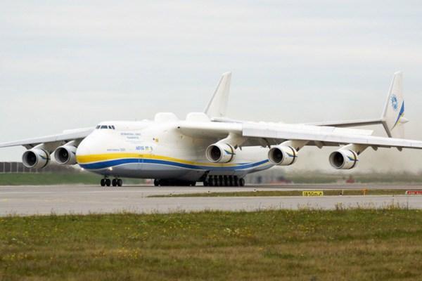 Antonow An-225 rollt nach der Landung aus (© O. Pritzkow)