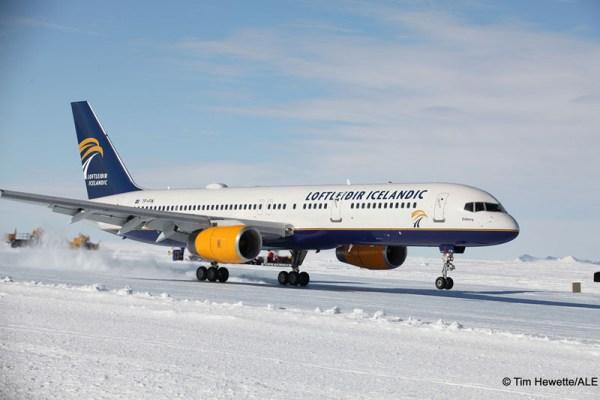 Landung einer Boeing 757-200 der Loftleidir Icelandic in der Antarktis (© T.Hewette/ALE)