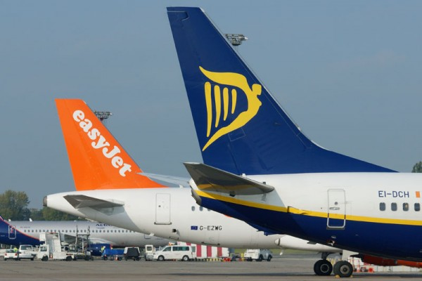 Leitwerke von Ryanair und easyJet (© O. Pritzkow)