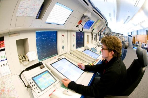 Lotsen an den Arbeitsplätzen der Flugverkehrskontrolle, FIR Bremen (© DFS)