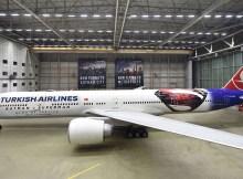 Turkish Airlines Boeing 777-300 mit Superman-Lackierung (© THY)