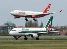Ein A319 der Alitalia wartet auf Stratfreigabe, während ein A330 der airberlin landet (© O. Pritzkow)