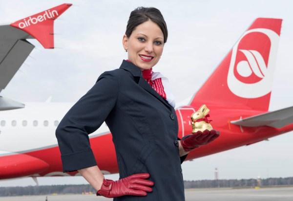 Stewardess mit Lindt-Goldhase (© Air Berlin)