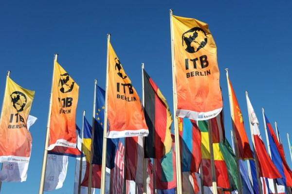 Flaggen vor dem Messegelände der ITB (© Messe Berlin)