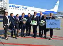 Jan Möller (6.v.l.) und Maike Lyssy (r., beide Business Development and Aviation Marketing Köln Bonn Airport) begrüßten zusammen mit Svenja Kompter (l., Blue Air Deutschland) die Crew des Erstflugs.
