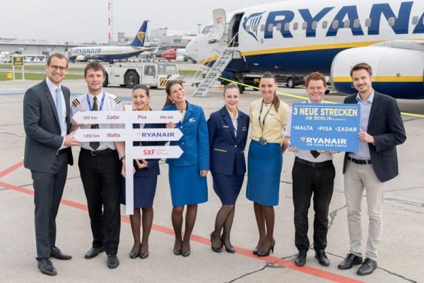 Johannes Mohrmann (Airline Marketing, Flughafen Berlin Brandenburg GmbH, ganz links) und Markus Leopold (Marketing and Sales Executive, Ryanair, ganz rechts) mit der Crew einer Ryanair-Boeing in Schönefeld (© FBB)