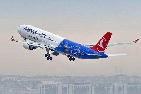 Airbus A330 der Turkish Airlines bewirbt die UEFA Euro 2016