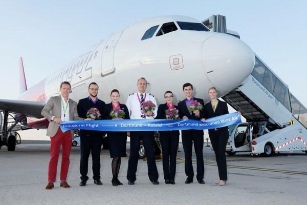 Guido Miletic, Leiter Marketing und Sales vom Dortmund Airport, und Annika Neumann, Flughafen-Pressesprecherin, begrüßten die Crew von Wizz Air auf dem Vorfeld  © Dortmund Airport, Hans-Jürgen Landes.
