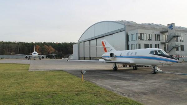 Falcon und ATRA vor dem DLR-Hangar in Braunschweig (© DLR)