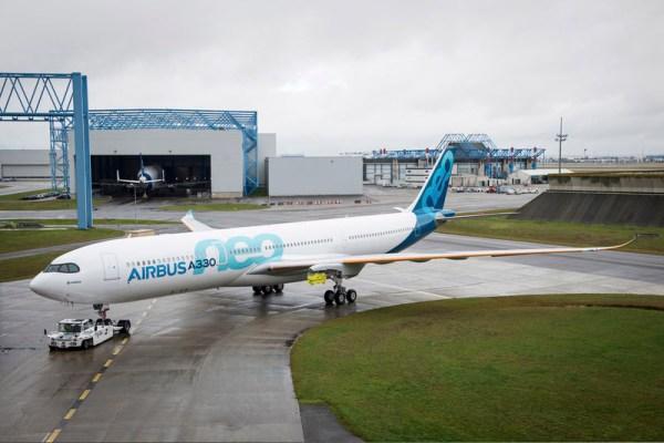 Der erste A330neo verlässt die Lackierhalle (© Airbus)