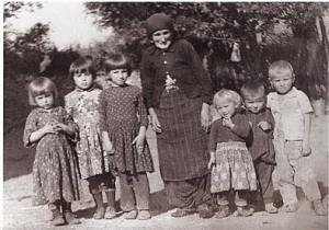 Dalip (rechts außen) mit seinem Bruder Shaip, der Großmutter und Cousinen