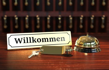 Hotel Willkommen Schild mit Schlüssel und Glocke