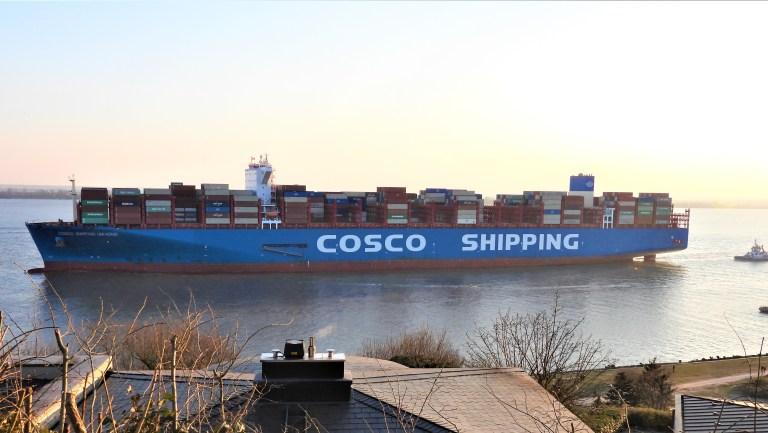 Containerschiff auf der Elbe vor Hamburg-Blankenese