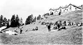 https://i0.wp.com/europeforvisitors.com/switzaustria/images/plan_riffelalp_old_hotel_folks_on_slopes_bw.jpg