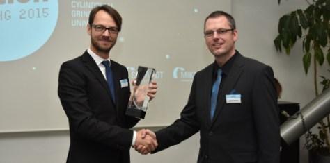 Handing over of the Fritz Studer Award 2014 through Dr. Gereon Heinemann (Managing Director Fritz Studer AG, right) to the winner Dr. Eduardo Weingärtner.