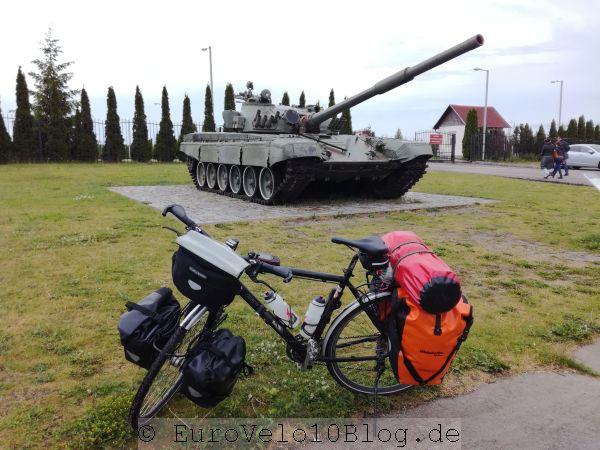 Neben einem Militärfriedhof waren einige Panzer ausgestellt (hinten im Bild)