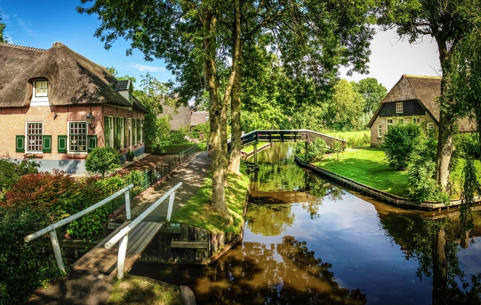 Giethoorn with canals instead of streets