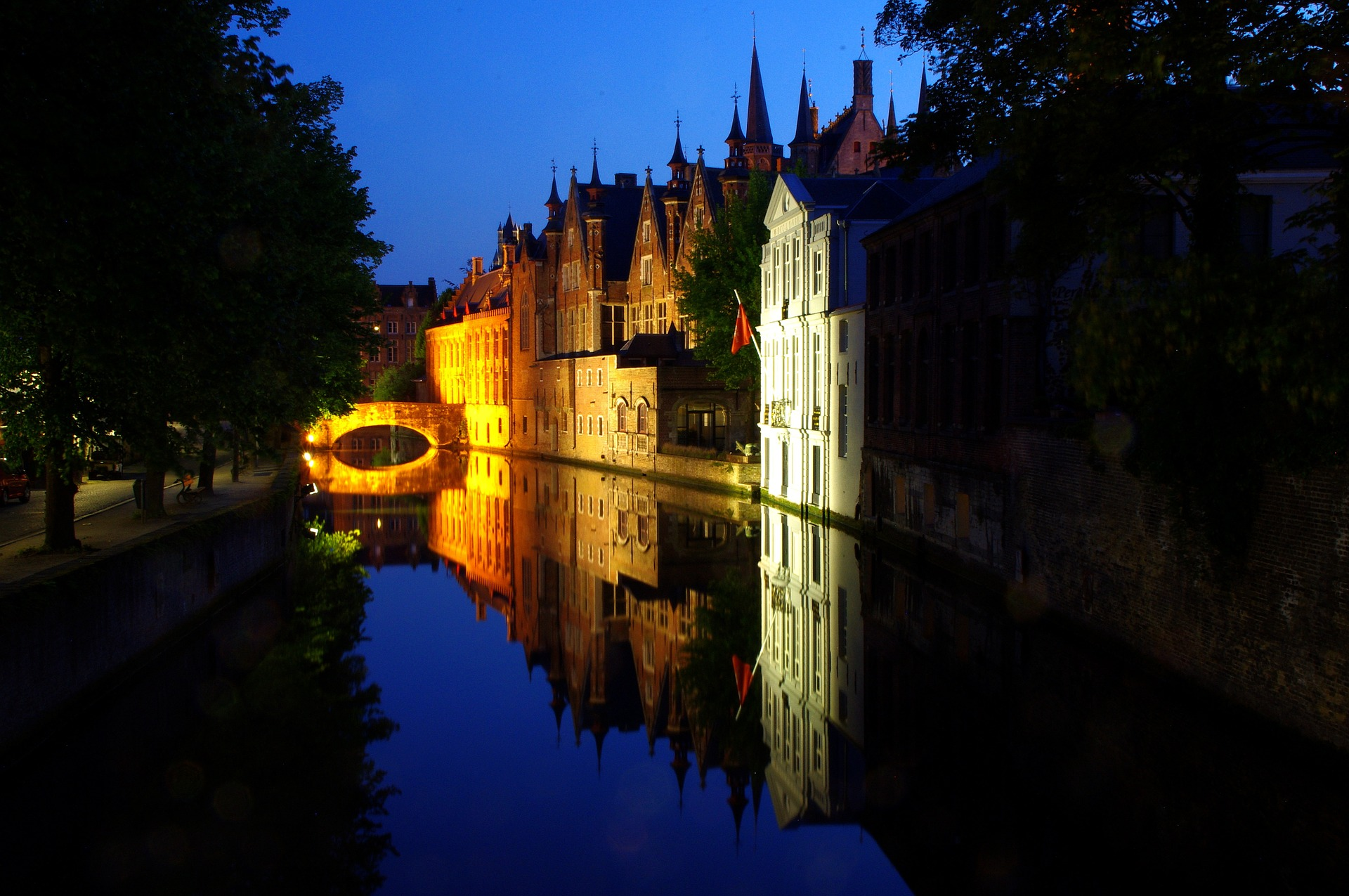 Canal mirror in Bruges - Bruges top attractions
