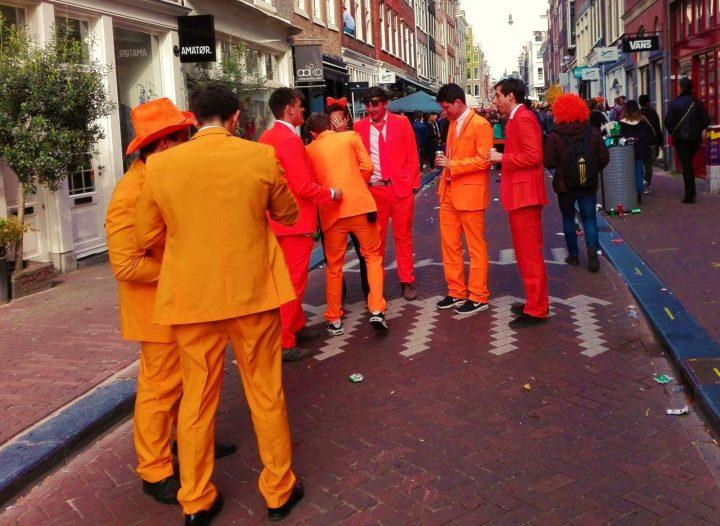 Porque Todo el Mundo Viste de Naranja Durante el Día del Rey