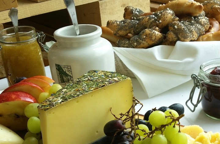 Desayuno austriaco - mermelada, pan recien hecho y queso