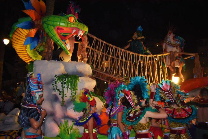 Floats and dancers on Rua de la Disbauxa