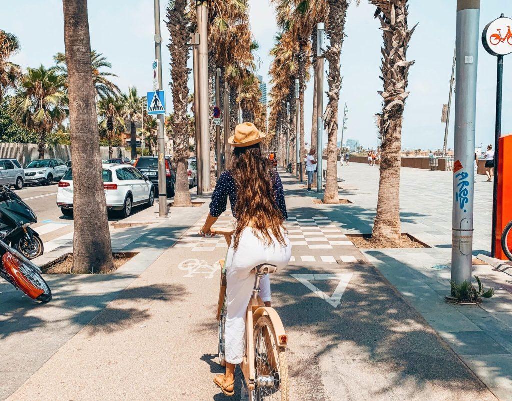 Carriles para bicicletas a lo largo de la playa de la Barceloneta se encuentran entre los más populares