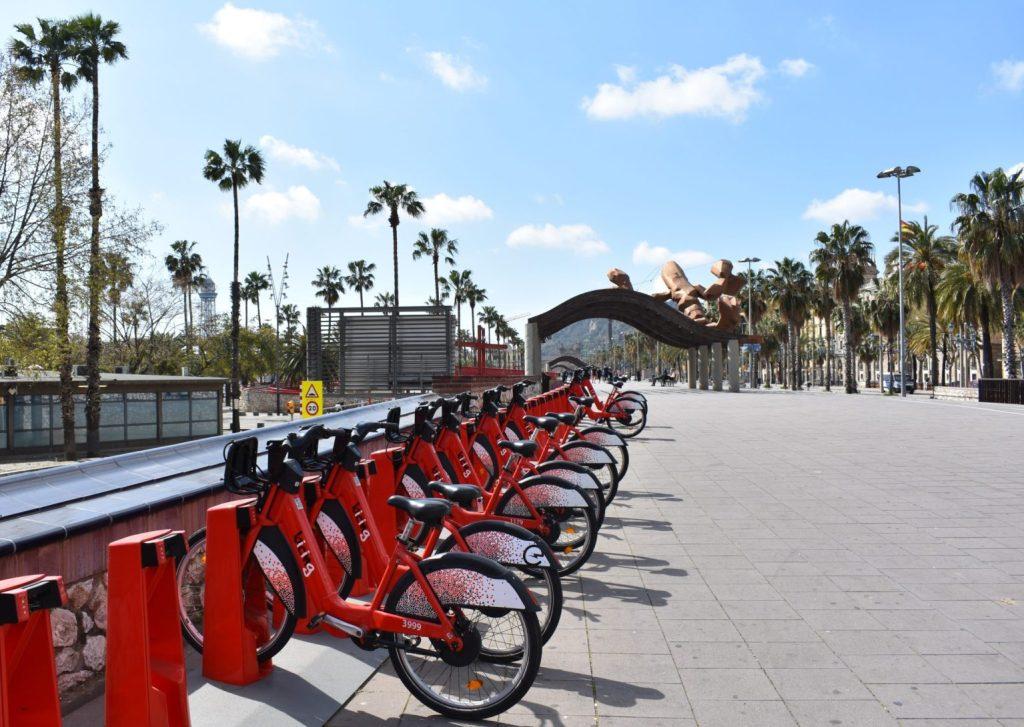 Estación de Bicing cerca de Passeig de Colom y Port Vell en Barcelona.