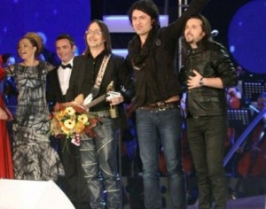 Adrian et Bledar lors de leur victoire au Festivali I Këngës