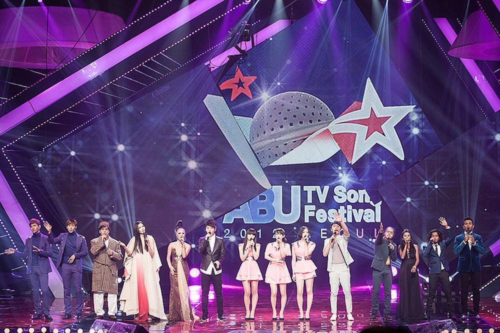photo de groupe sur la scène du festival tv abu de la chanson en 2012