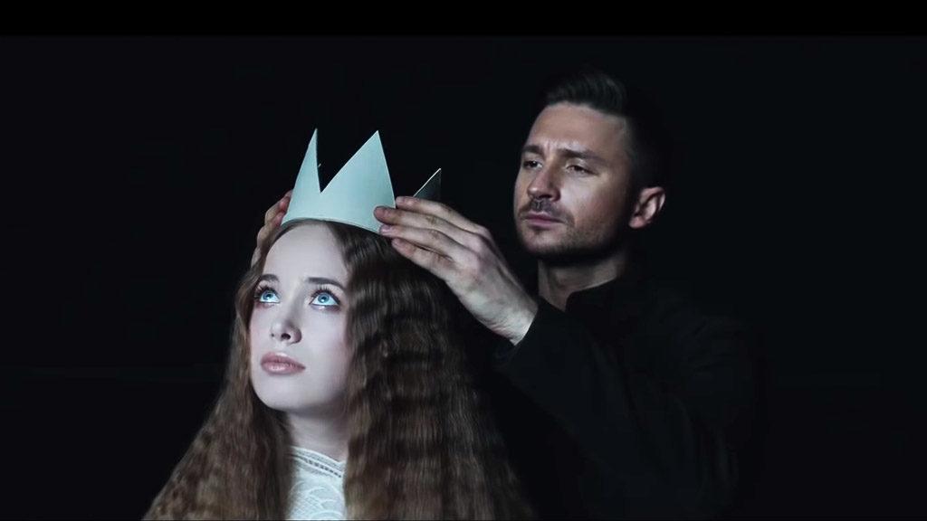 Photo de Sergey Lazarev qui couronne une femme