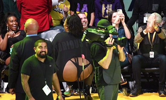 Lizzo Twerks & Reveals Her Backside During the Lakers Game!