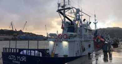 El «Aita Mari» desembarca en Santurtzi en busca de apoyo,
