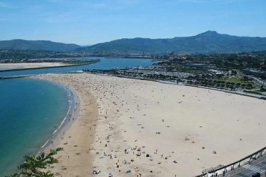 El primer fin de semana de fase 2 lleva a las playas vascas a miles de personas,