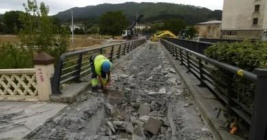 La pasarela peatonal paralela al puente del Charco en Zalla será retirada mañana,