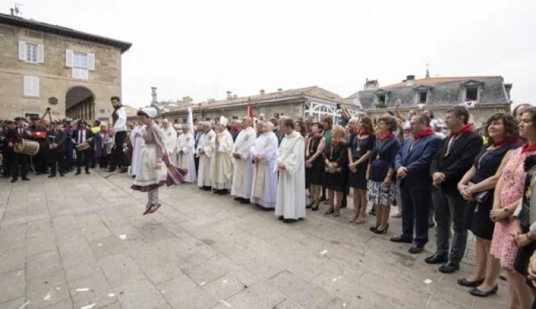 Las Sailburus Artolazabal y Beltrán de Heredia acuden a la ofrenda a la Virgen Blanca y el baile de Dantzaris de Vitoria-Gasteiz,