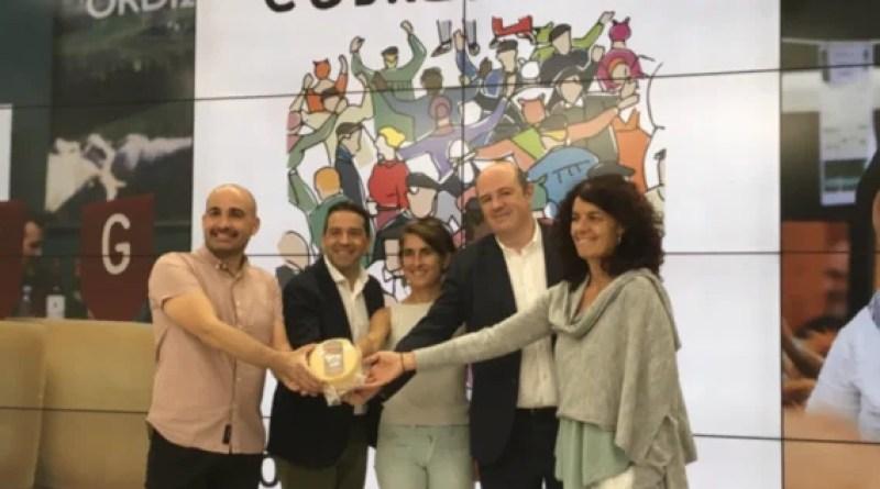 Iván Redondo reaparece en Ordizia para ser nombrado cofrade de honor del queso Idiazábal,