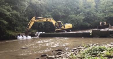 Demuelen el primer tramo de la presa de Galgo, la antigua papelera de Leitzaran,