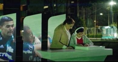 El Banco Santander estrena Fieeld, una iniciativa que permite a los invidentes seguir el fútbol con las yemas de los dedos,